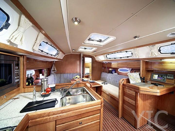 100249880000100000 bavaria34 cruiser interior 720